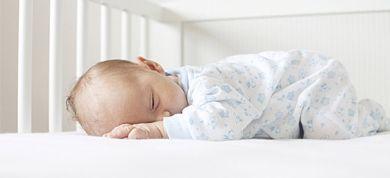 Πριν αγοράσετε το πρώτο κρεβατάκι του μωρού σας, δείτε τι πρέπει να προσέξετε για μέγιστη ασφάλεια και ποιοτικότερο ύπνο.