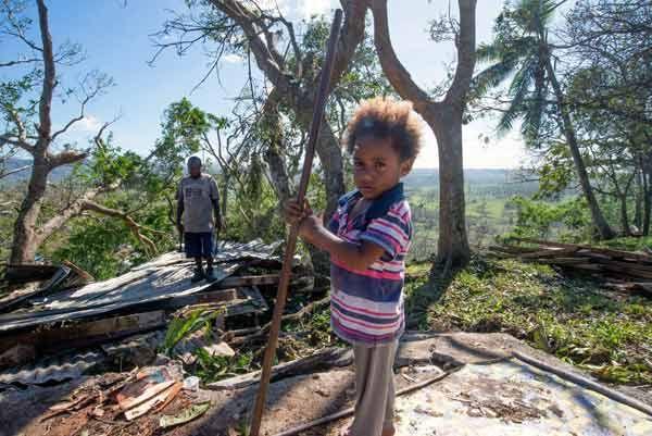 17日、超大型サイクロン「パム」が直撃したバヌアツで、全壊した自宅のがれきを片付ける子供と父親=国連児童基金(ユニセフ)提供(EPA=時事) ▼17Mar2015時事通信|サイクロン被害、離島「甚大」=死者11人に下方修正-バヌアツ http://www.jiji.com/jc/zc?k=201503/2015031700638