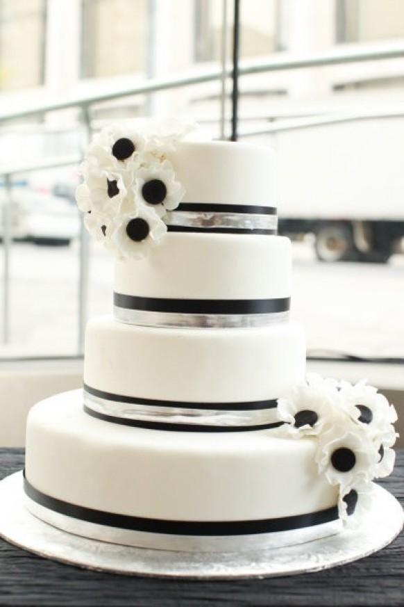 Weddbook ♥ tortas de boda elegante con flores comestibles. Idea creativa pastel de boda Foto Inspired Wedding Blanco y Negro Dispara por @ Jen Huang. Cake Cake por @ A simple negro fondant blanco
