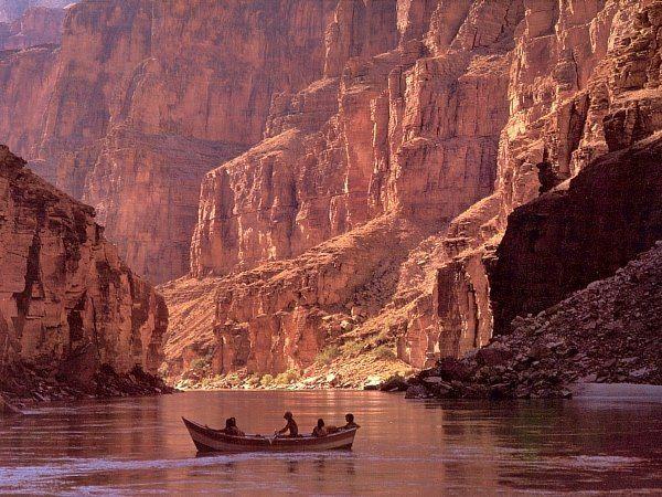 【アメリカ】コロラド川 −乾燥地帯を貫く河川− コロラドのロッキーマウンテンから流れており全長は2330km。 ロッキー山脈の乾燥地帯を貫いてカリフォルニア湾間で流れている川だ。 広大なグランドキャニオンに流れるこのコロラド川でラフティングが一番のオススメ。 −豪快なヘアピン− グランドキャニオン国立公園の側に「ホースシューベンド」と呼ばれる巨大なヘアピンカーブがある。 このカーブは「馬の蹉跌」に見える事からこの名前が付けられており観光スポットとなっている。
