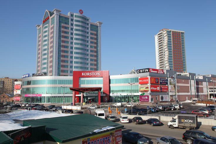 В ГТРК «Корстон-Серпухов» расположено несколько ресторанов, так например можно посетить панорамный ресторан на 15-м этаже Extra Lounge. Для ценителей итальянской кухни ресторан EVOO на втором этаже комплекса, а посмотреть на ночное небо под стеклянной крышей, наслаждаясь ароматной чашкой кофе можно в ресторане The Most. А так же шведский стол в ресторане Le Buffet, любители японской кухни могут круглосуточно отведать шедевры шеф повара в ресторане SUSHI BAR.