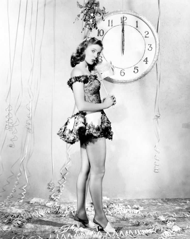 17 Nostalgic Black and White Photographs Show How Starlets Celebrating the New Year from the 1930s and '40s