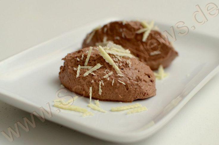 """Einfachste """"falsche"""" Schokomousse: 100g Zartbitterschokolade, 200ml Sahne, 4-5 EL Milch - Schokolade in Stücken mit der Milch im Wasserbad schmelzen und verrühren, danach gut abkühlen lassen. Sahne steif schlagen. Die geschmolzene Schokolade in einem dünnen Strahl in die geschlagene Sahne fließen lassen und vorsichtig unterheben.  Die Mousse vor dem essen 3-4 Stunden kühl stellen. Variation: 1-2 EL Milch durch Lieblingsspirituose ersetzen."""
