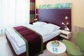 Laut Internetrecherche gibt es in Frankfurt zwischen 250 und 300 Hotels, die auf ihre Gäste warten. Diese werden regelmäßigen Prüfungen unterzogen. Jedes Hotel Frankfurt ist darauf bedacht, relativ gut dabei abzuschneiden. http://hotelklein.com
