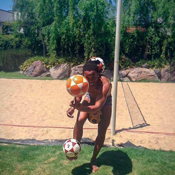 Brazylijczyk bawi się czterema piłkami na raz • Piłka nożna jest za prosta dla Ronaldinho i musi szukać nowych wyzwań • Zobacz >> #ronaldinho #football #soccer #sports #pilkanozna