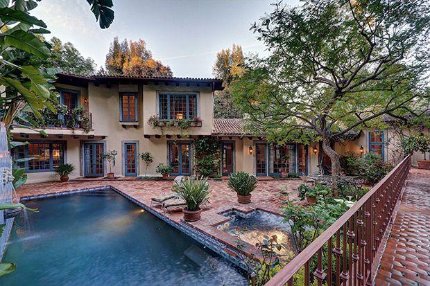 ГОЛЛИВУДСКИЕ ХОЛМЫ Дом, приобретенный Джонни Деппом для Ванессы Паради и их двух детей, расположен в восточной части Голливуд-Хиллс на Малхолланд Драйв, в одном из самых престижных районов Голливуда