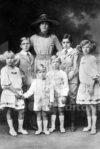 Reine Victoria-Eugénie de Battenberg (1887-1969) avec ses enfants