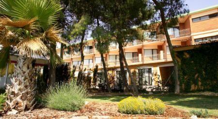 Hotel El Cisne www.hotelcisne.upps.eu Das Hotel El Cisne begrüßt Sie direkt an der Autobahn A-2 nur 10 Minuten vom Flughafen Zaragoza entfernt. Kostenfrei profitieren Sie hier vom WLAN in den öffentlichen Bereichen und von den Parkmöglichkeiten an der Unterkunft.
