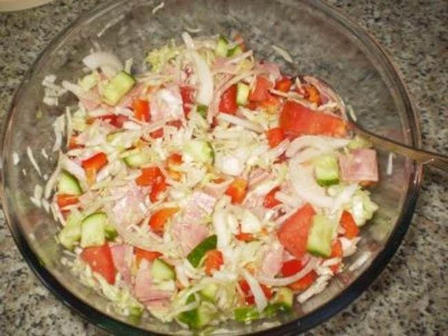 Салат со сладким перчиком из свежей капустыНеобходимы ингредиенты для блюда Салат со сладким перчиком из свежей капусты:      200 грамм капусты белокочанной     200 грамм сладкого перчика     100 грамм томатов красных     100 грамм огурцов свежих     100 грамм телятины отварной     20 грамм лука репчатого     5 грамм горчицы     50 грамм майонеза     100 грамм отварного риса     соль     зелень