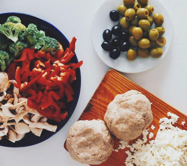 У меня есть традиционный день пиццы раз в неделю. В первый день выходных.  Тесто:  [500 гр. цельнозерновой муки + 5 ст. л. оливкового масла + вода] - замесить крутое, но эластичное тесто. Руками. С любовью.   Начинка:  [Шампиньоны + брокколи + оливки ] - порезать  За кадром:  Помидоры потомить на малом огне с оливковым маслом, чесночком, перцем и солью. Это наш соус   Тесто + соус + начинка + натертый сыр = вкусная пицца !   #рецепт #рецепты #вкусно #полезно #фотоеды #салат #вегетарианство