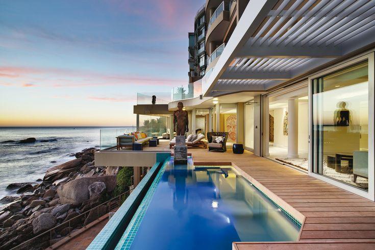 Терраса около бассейна с панорамным видом на океан