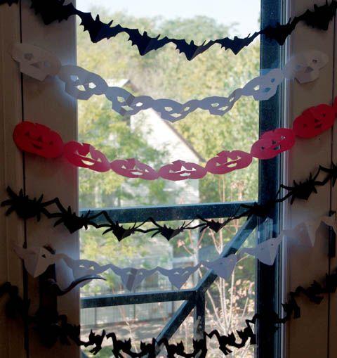 Dica legal para a festa do dia das bruxas, correntes de papel em forma de aranha, caveiras , abóboras e morcegos! Ideal para ser feita també...