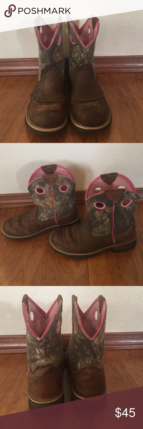 Camo cowgirl boots💕 Super cute camo and pink Ariat cowgirl boots just normal were and scuffs, super cute for around the farm and fashion they are a women's 6!🎀 Ariat Shoes