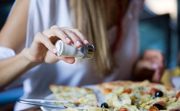 La deficiencia de sal o médicamente llamada hiponatremia es una condición en la que una persona tiene menos de 130 mm de sodio en la sangre. Si el nivel de