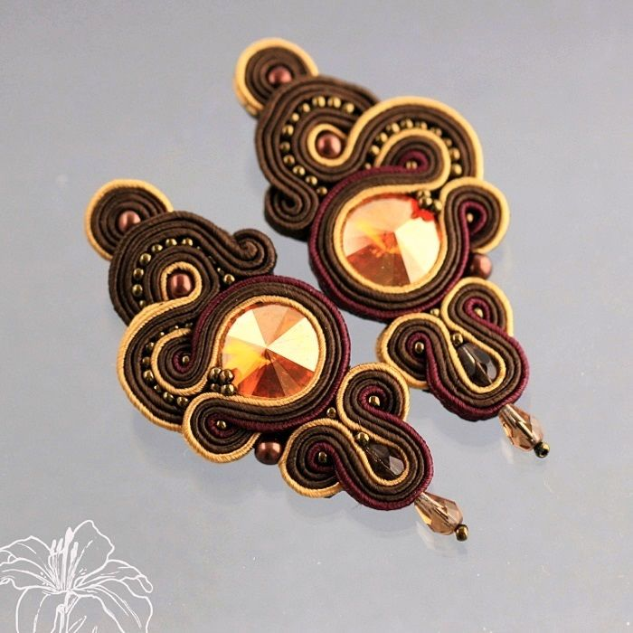 Sutaškové náušnice Tieve Exkluzivní sutaškové náušnice s rivolkou Swarovski, japonským Toho rokajlem a korálky. Výroba sutaškových šperků je velice náročná na čas, vyžaduje maximální přesnost, od čehož se odvíjí také cena. Dobře vyrobený sutaškový šperk je luxusní záležitost! Náušničky jsou díky použitému materiálu na svoji velikost poměrně lehké, ...