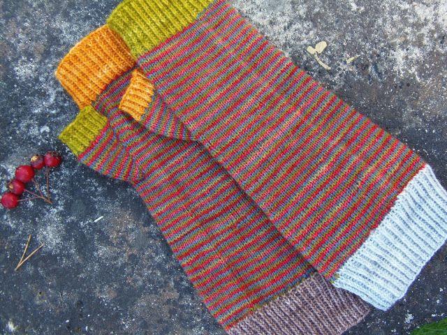 Lankaterapiaa: Sukista kämmekkäiksi - Scrap yarn fingerless mitts