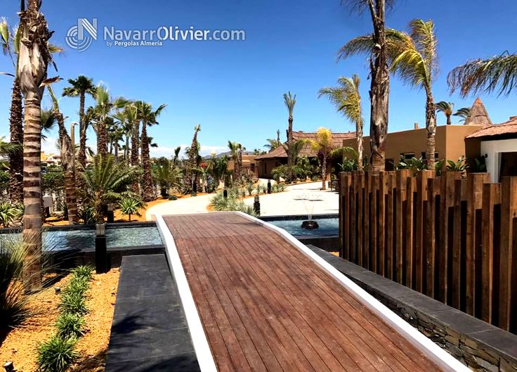 Zona de acceso a Maraú Beach Club, pasarela de accceso, sobre fuente y decoración en madera tratada en autoclave.  Mas información T: +34 687 03 15 65 e: info@navarrolivier.com w: https://navarrolivier.com/