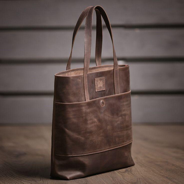 Hnědá dámská kabelka vyrobená z pravé kůže. Ručně vyrobená kožená kabelka s použitím strojního šití o rozměru 40x35x10 cm. Možnost vlastního loga či nápisu.