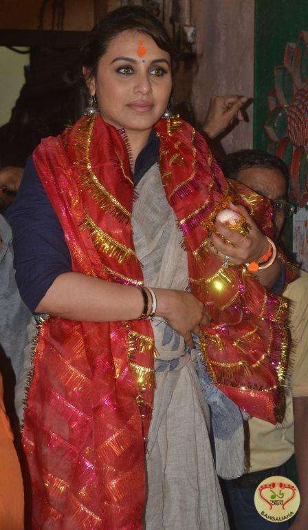 Mardaani Star Rani Mukerji Offers Puja at Kolkata Shakti Peeth Kalighat; Prays for Film's Success : http://sholoanabangaliana.in/blog/2014/08/19/mardaani-star-rani-mukerji-offers-puja-at-kolkata-shakti-peeth-kalighat-prays-for-films-success/#ixzz3AwiscpPK