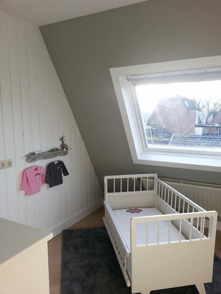 Bij deze de foto 39 s van de babykamer alles in de annie sloan verf muur in de paris grey en de - Verf babykamer ...
