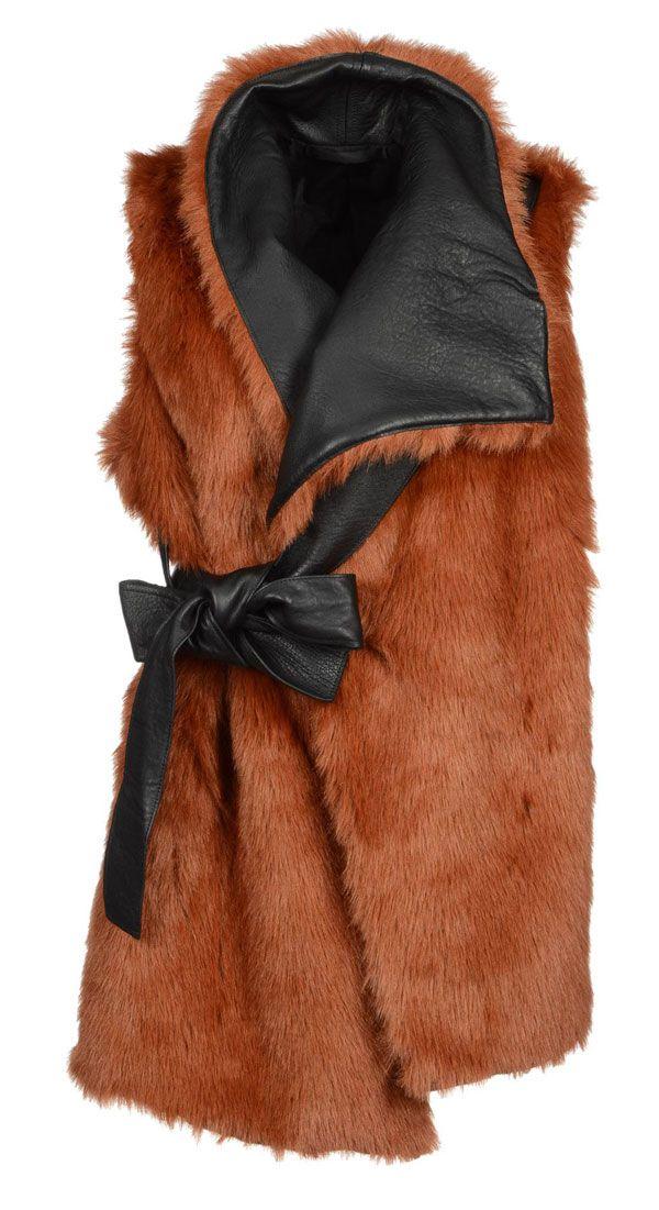 La pelliccia ecologica strega, da portare come gilet, come giacca o cappottino, con inserti in revers o meno, è la nuova tendenza glamour tutta da scoprire.http://www.sfilate.it/214083/la-pelliccia-ecologica-piace-sempre-di-piu-anche-sul-tappeto-rosso