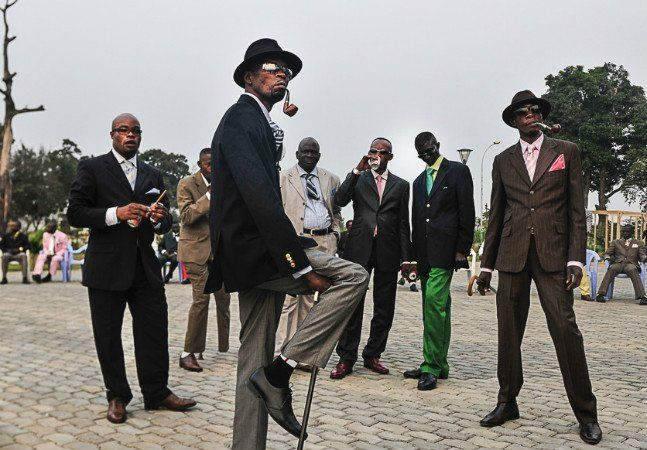 """Shantrelle Lewis não acha que os negros são bem representados quando se trata de moda. Para ela, há muita coisa estereotipada, especialmente o jeito """"thug"""", com jeans caídos, camisetas largas e correntes brilhantes. Para provar seu ponto, ela criou um projeto que exibe fotografias de estilosos negros de vários países. Foto: Harness Hamese O nome do """"The Dandy Lion Project"""" faz referência aos Dândis, homens dos séculos 18 e 19 com um particular senso estético. Nas palavras da curadora da…"""