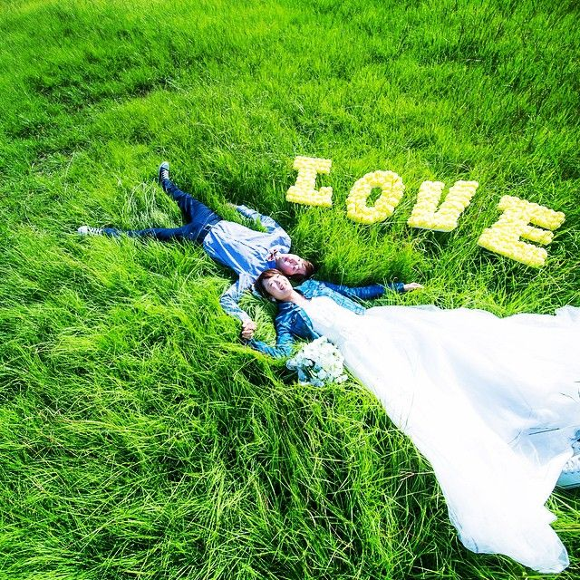 おふたり手作りのLOVEのモチーフ。黄色にして正解でしたね〜。 芝生のグリーンとデニムシャツのブルーもキレイにコントラストを作ってくれました! #結婚式 #前撮り #ナチュラル #ガーランド #フォトプロップス #ブーケ #ロケーションフォト #wedding #dress #love #pureartis #ピュアアーティス #花嫁 #プレ花嫁 #結婚準備 #キラキラ #ウエディングドレス #ドレス #verawang #thetreatdressing #ウエディング #ウエディングフォト #芝生 #デニム #denim