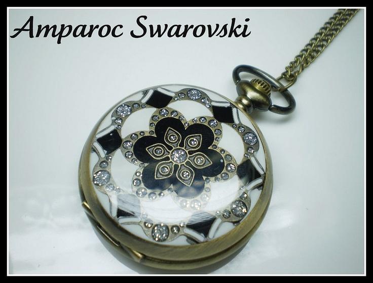 Collar estilo Vintage con reloj de bolsillo de tapa esmaltada y cadena larga. Reloj de cuarzo con pila incluida. Diametro del reloj: 46mm. Altura total