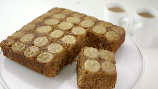 A super quick, super tasty banana traybake. I am sure most of you know that dulce is Italian for sweet. I thought of a famous Italian design duo and well, then I thought up the name of this cake!