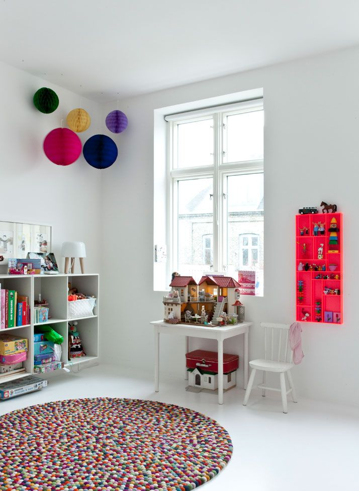 KId's room - Red miniature shelf and Hay rug - Via Yatzer