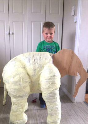 Mor och son Gör en Paper Mache Elephant
