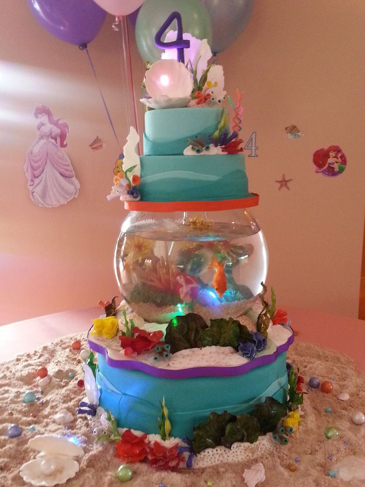 Under the Sea, Princess Ariel - Gumpaste hand sculpted and painted corals. Live fish tank (with oxigen) to preserve the fish. The cake was Dominican cake and chocolate cake with orange preserves and Nutella fillings.