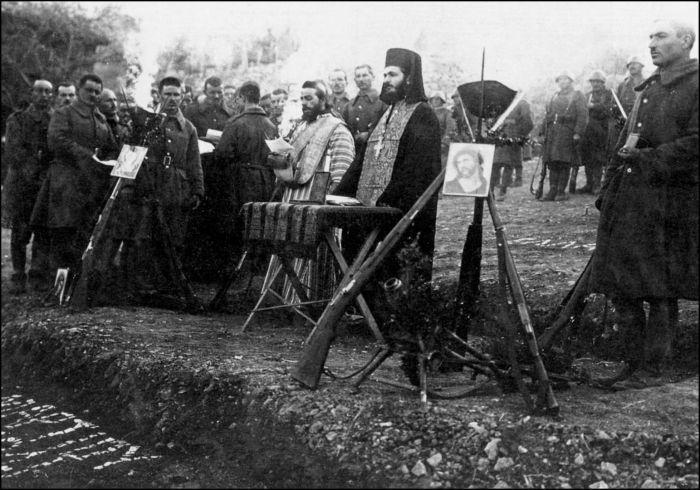 ΦΩΤΟΓΡΑΦΟΙ ΣΤΗΝ ΑΛΒΑΝΙΑ-ΕΛΛΗΝΟΙΤΑΛΙΚΟΣ ΠΟΛΕΜΟΣ-1940-WWII-ΦΩΤΟΓΡΑΦΙΕΣ ΑΠΟ ΤΟ ΑΛΒΑΝΙΚΟ ΜΕΤΩΠΟEκτός τόπου. Aντιπροσωπευτική σκηνογραφία θρησκευτικής τελετής σε στρατιωτική μονάδα. Eορτάζεται η «25η Mαρτίου στην Ποπτίστη», έδρα από 28 Φεβρουαρίου του Σταθμού Διοίκησης του E΄ Σ.Σ. Aρχειοθετημένη με Nο 306 η λήψη, πρέπει να είναι μια από τις τελευταίες που τραβάει ο Xαρισιάδης στο Mέτωπο. -