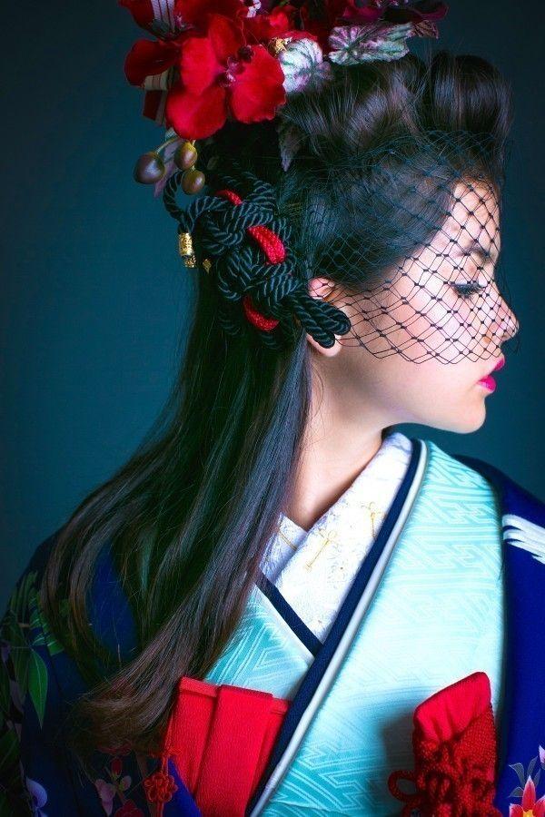 打掛『紺地四季花鳥』、掛下『薄緑紗綾』柔らかで優美な紺地に、咲き誇る友禅の四季の花が詰め込まれた華やかな色打掛。帯上の刺繍の鶴、裾の緑へかけてのグラデーションも印象的です。 - http://cucu-ru.com/galleries/242/