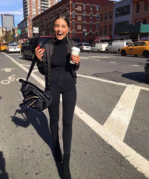 Olivia Culpo apostou em um look All Black com turtleneck preta, jeans skinny e bomber.