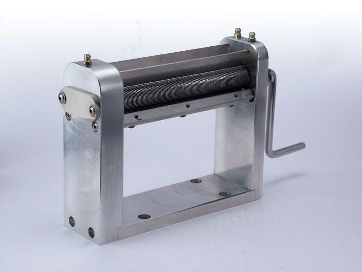 Trezo 160 de 1,1 mm – Masina TREZO 160 cu taiere la 1,1 mm TREZO 160 are o constructie robusta, structura fiind realizata din aluminiu seria 4000 anodizat si cilindrii pentru taiere din otel. Gaurile din baza masinii permit montarea cu ajutorul suruburilor pe orice suprafata stabila.  Cilindrii taie la dimensiunea de apx 1,1 mm. si au o lungime de 160 mm asigurand o buna productivitate si usurinta la utilizare.