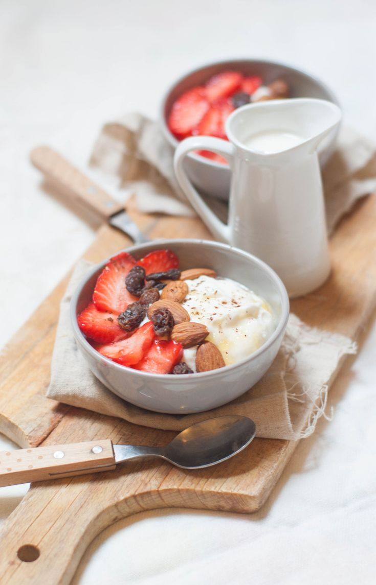 greek yogurt with honey cinnamon strawberries / yaourt grec au miel, fraises, amandes,raisins, cannelle (poudre de cacao non sucrée facultative)