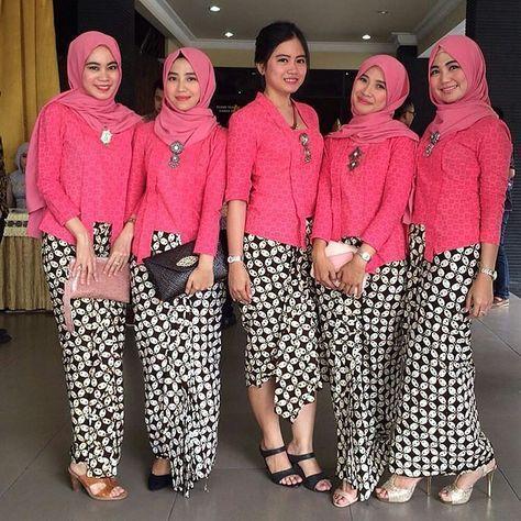 Kebaya kutu baru never fail to impress us. They all look so gorgeous with those pink kutu baru. We sure you will love it too Photo via @nunuhufdyah #pernikahanindonesia by pernikahanindonesia
