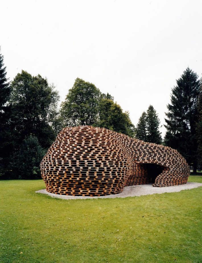 Pallet House by students of Prof. Matthias Loebermann - Oberstdorf, Germany, 2005.   Junkitechture