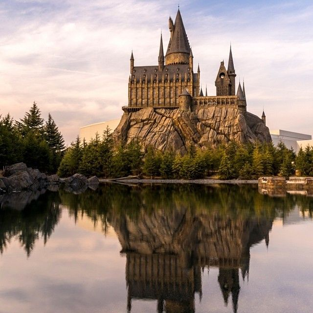 Hogwarts Castle Reflected On The Black Lake At The Wizarding World Of Harry Potter At Universal Studi Harry Potter Hogwarts Castle Harry Potter Hogwarts Castle