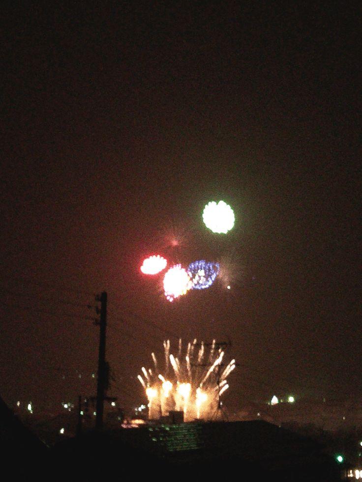 夏の夜の、町の打ち上げ花火大会の様子をアニメGIF画像作成③