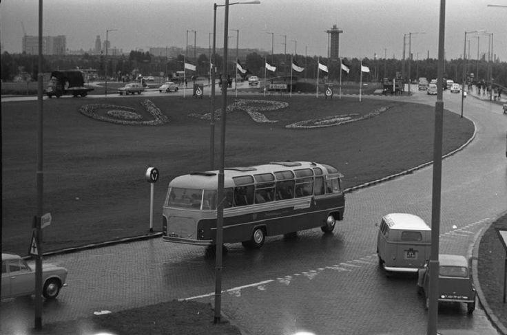 """Verkeersrotonde """"Klleinpolderplein"""" richting Blijdorp. De 'R' en het beeldmerk van de Floriade. ± januari 1960"""
