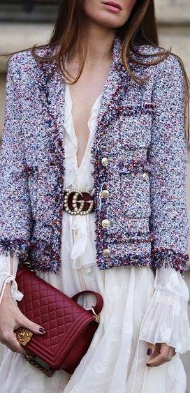 CHANEL- O casaco Tweed é retalhado em cada colecção nova e é reinventado por Karl Lagerfeld para criar casacos forrados a seda, exibindo desta maneira um acabamento perfeito e impecável sem perder o seu estilo.