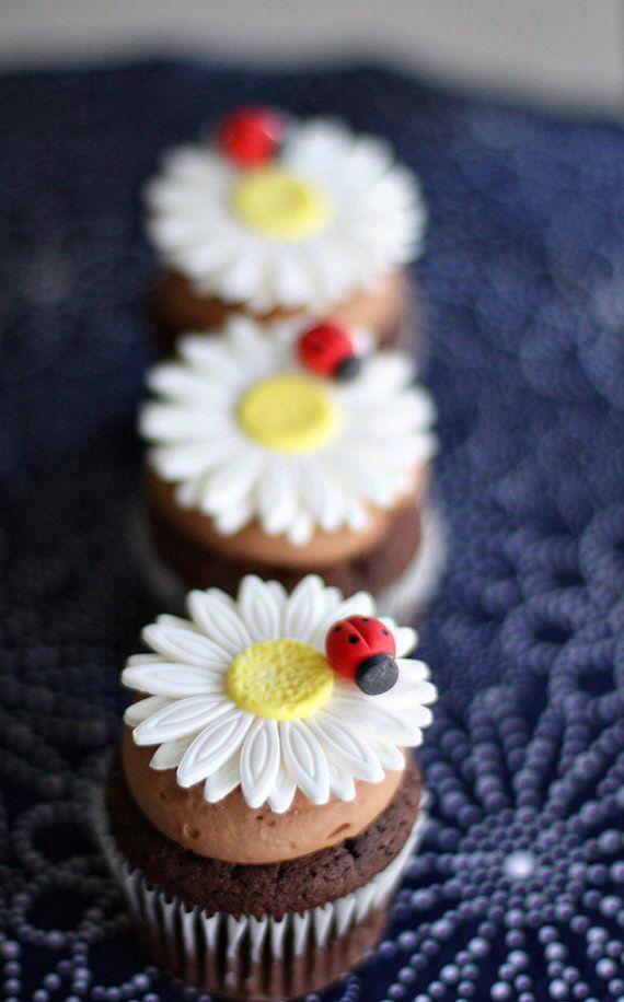Dacă vrei să ştii cum să faci margarete din fimo sau din marţipan, atunci află că este musai să ai în primul rând aceste decupatoare de prăjituri de la LovelyDecor.ro : Şi nu-ţi fie teamă că ele se numesc astfel, … Citeste mai departe..