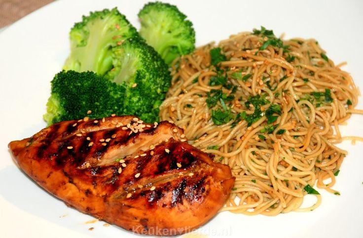 Een makkelijk en bijzonder smaakvol Oosters gerecht; kip teriyaki met sesamnoedels en broccoli. Tevens een goed gerecht voor als je aan de lijn wilt denken!