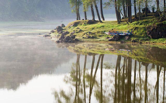 Danau Situ Patenggang dikepung hamparan kebuh teh hijau nan subur dengan udara sejuk di ketinggian 1.600 m dpl. Letak danau tersebut berjarak sekitar satu jam dari berkendara dari kota Bandung. #PesonaIndonesia