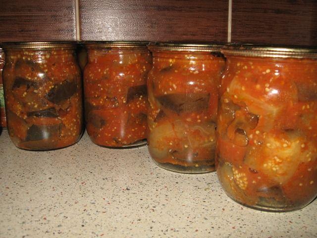 Баклажаны в томатном соусе. Ингредиенты: — 3 кг средних баклажан; — 15 шт сладкого перца; — 1 головка чеснока; — 1 горький перец; — 3 литра томатного сока; — 1 стакан сахара; — 100 грамм уксуса; — 100 грамм соли; — 3 шт лавровых листа; — перец горошек. Приготовление: Баклажаны и перец порезать кружочками. Закипятить ...