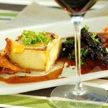 Marinerat kött med hjortronvinsås och västerbottensostsmakande mandelpotatiskuber