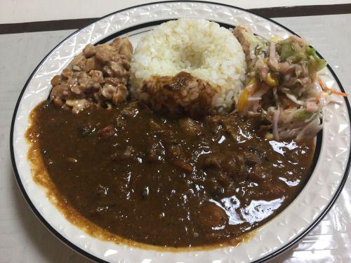 カレーランチプレート! 納豆、キヌアごはん、めかぶサラダでまだまだあるビーフカレー。