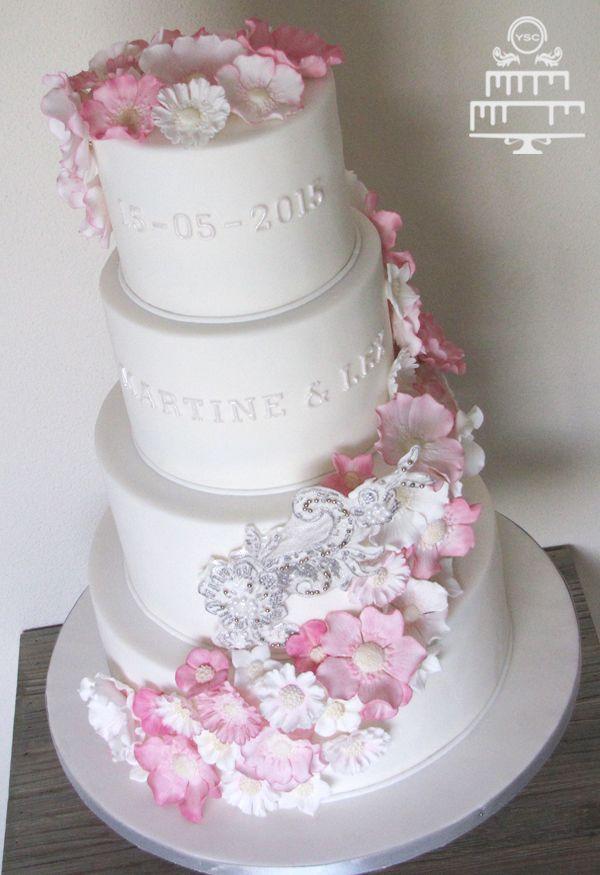 Bruidstaart met roze bloemen - Yummie Sweet Cakes